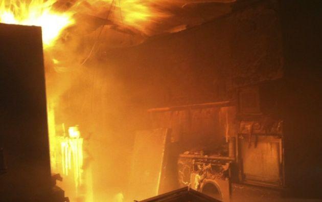 La mujer, de 29 años de edad, roció con gasolina la habitación, encerró a su hija de 10 y su hijo de 7 años de edad, luego le prendió fuego al recinto y no hizo caso a los gritos de auxilio de sus hijos.