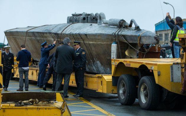 Con ayuda de buzos, los agentes tardaron tres días en reflotar el aparato y llevarlo a un puerto cercano. Foto: AFP