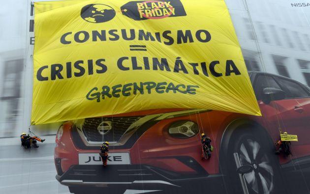 En Madrid, Greenpeace desplegó una pancarta en  una fachada en obras de la Gran Vía. Foto: AFP
