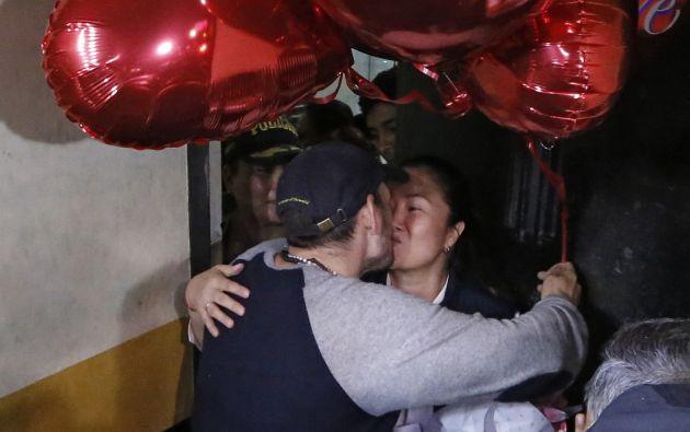 Keiko, sonriente como pocas veces se le ha visto, se abrazó y besó a su esposo. Foto: AFP