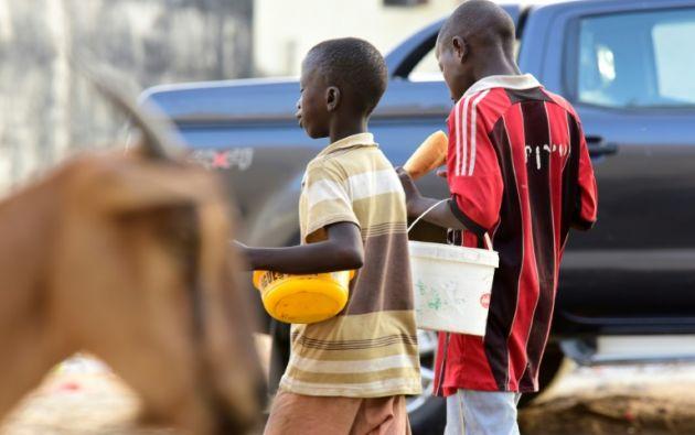 Hay multitud de niños harapientos errando cada día por el centro de Dakar. Foto: AFP