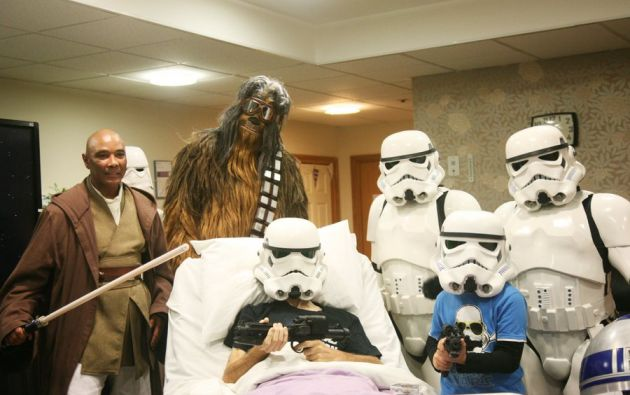 Un paciente fanático de Star Wars cumplió su sueño de ver la última película de Star Wars antes de su estreno. Foto: Twitter.
