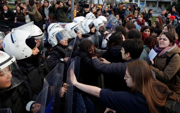 """Siete activistas fueron detenidas durante una manifestación feminista en Estambul en donde corearon """"Un violador en tu camino"""". Foto: Reuters."""