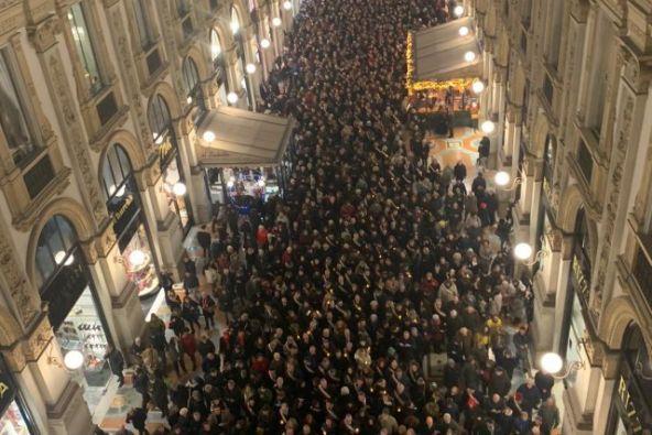 Esta es la primera vez que una marcha recorre la lujosa galería milanesa. Foto: Twitter.