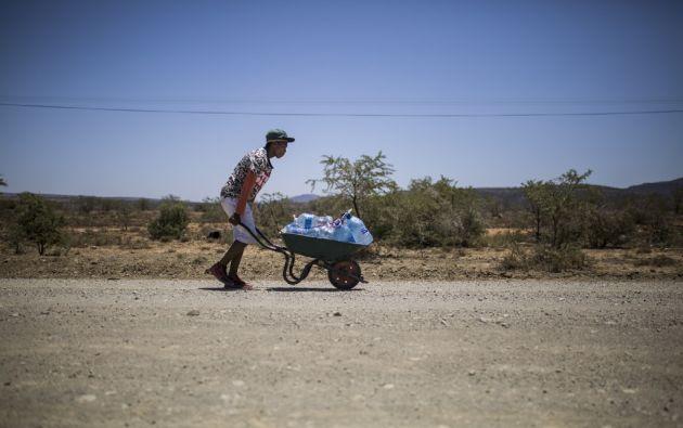 Algunos de los 15.000 habitantes de Adelaide llevan siete meses sin agua corriente. Una ONG entrega el líquido vital en la zona. Foto: AFP.