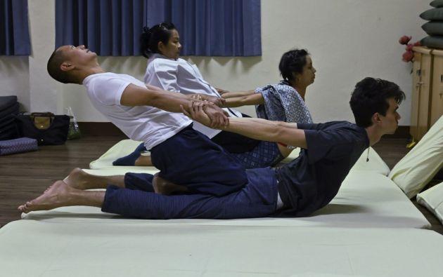Es una coreografía perfectamente orquestada sobre diez líneas energéticas del cuerpo. La técnica consiste en ejercer presión, estiramientos y contorsiones en el paciente. Foto: AFP.