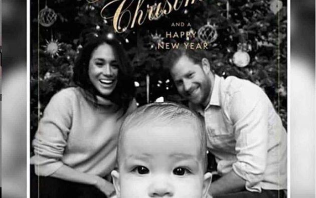 La fotografía en blanco y negro muestra al niño de siete meses gateando hacia la cámara.