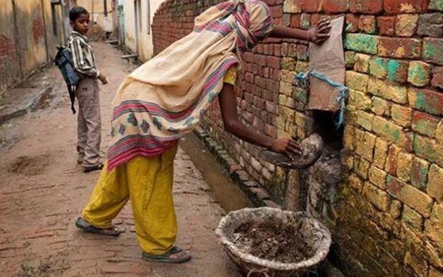 Más un millón de personas trabajan actualmente recogiendo excrementos a mano en India.