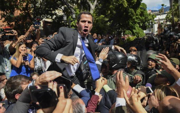 """""""¡Esto no es un cuartel!"""", gritó a militares Guaidó sobre los hombros de parlamentarios. Foto: AFP"""