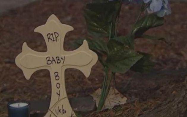 Una de las vecinas del menor decidió poner una pequeña cruz frente al edificio en donde vive, en honor a Josue Juarez de 9 meses.