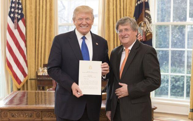 El presidente de EEUU, Donald Trump, junto al embajador de Ecuador en EEUU, Francisco Carrión. Foto:Archivo