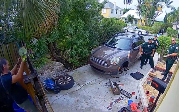 Los oficiales llegaron a la vivienda tras la llamada de un vecino aterrorizado.