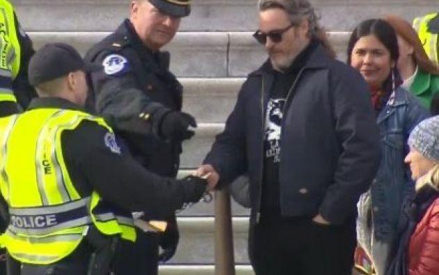 """El recientemente galardonado con un Globo de Oro por su papel en """"Joker"""" fue arrestado hoy por protestar contra el cambio climático. Foto: Twitter."""