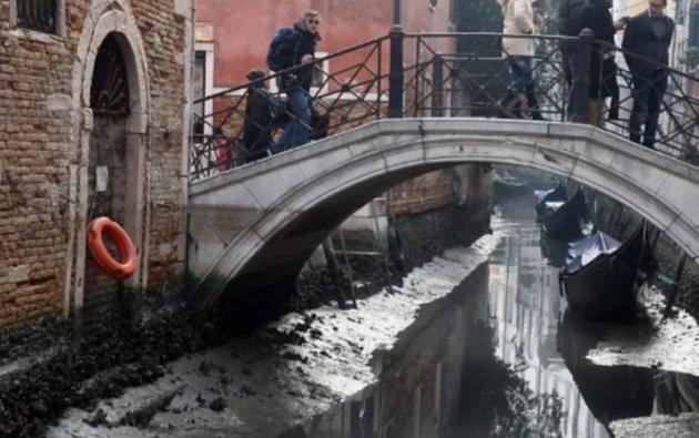 Ahora, la marea registró 50 centímetros de baja, dejando a muchos canales de la ciudad italiana sin agua.