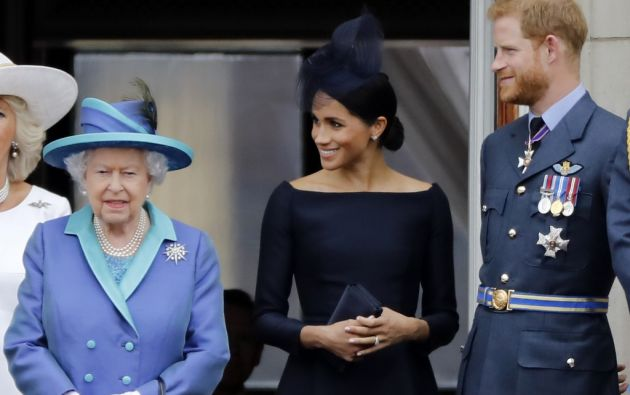 """""""Hubiéramos preferido que siguieran trabajando como miembros de la familia real a tiempo completo"""", afirmó la monarca. Foto: AFP"""