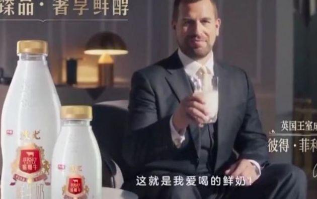 Mientras Peter Phillips bebe leche en palacio una voz en off habla en chino de los beneficios de estos productos lácteos.
