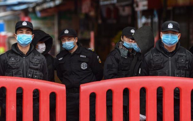 La propagación del virus ha sorprendido al gigante asiático en medio de las festividades del Año Nuevo chino. Foto: AFP