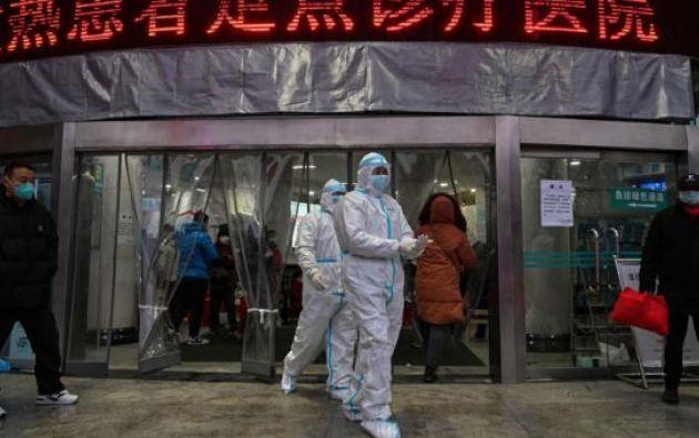 Los miembros del personal médico que usan ropa protectora para ayudar a detener la propagación de un virus mortal que comenzó en la ciudad, caminan en el Hospital de la Cruz Roja de Wuhan en Wuhan el 25 de enero de 2020.