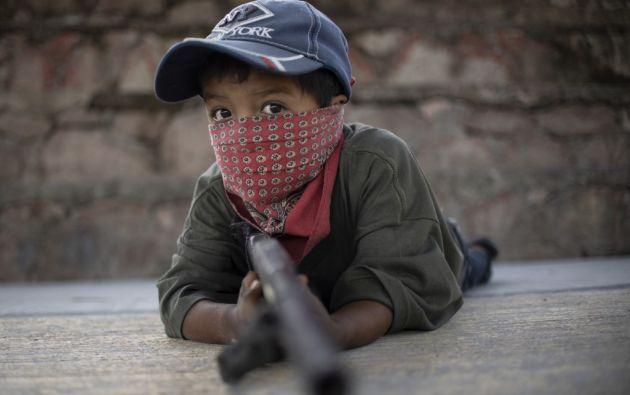 Niños en el poblado mexicano de Ayahualtempa entrenan con rifles o armas de juguete para unirse a la lucha contra los carteles narcotraficantes. Foto: AFP.