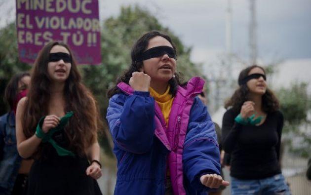 Las jóvenes cantaron y bailaron frente al ministerio de Educación luciendo vendas negras en los ojos. Foto: AFP