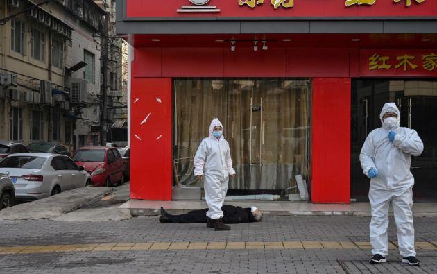 Los policías y el personal médico empezaron de inmediato a desinfectar el lugar donde el cadáver fue hallado. Foto: AFP