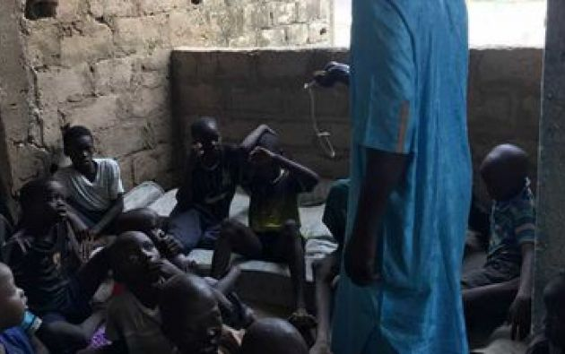 La prensa senegalesa informó que el joven alumno fue golpeado violentamente con un palo.