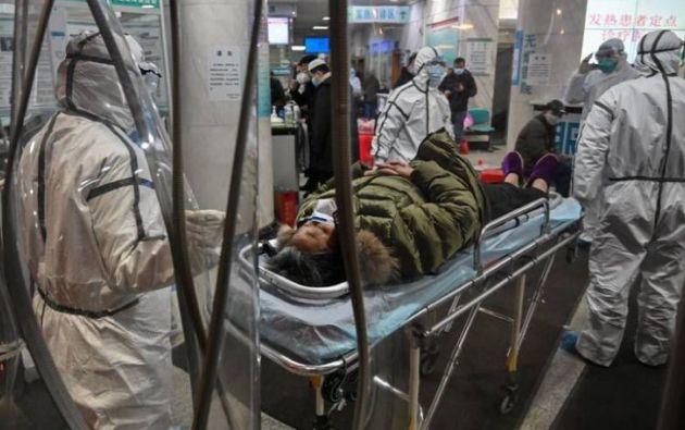 Personal médico atiende a un paciente en el Hospital de la Cruz Roja de Wuhan Foto: AFP