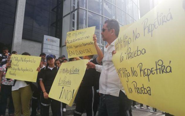 """Padres protestas afuera del edificio Joaquín Gallegos Lara en rechazo a la repetición de la prueba """"Ser Bachiller"""". Foto: Twitter / @a_villon."""