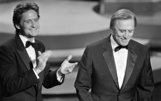 Michael Douglas junto a su papá Kirk Douglas, quien dejó un legado invaluable en el cine. Foto: AFP.
