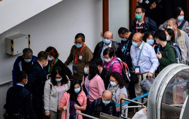Hong Kong impuso un período de cuarentena de 14 días el sábado para todas las personas que llegan de China continental. Foto: AFP.