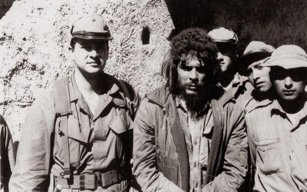Gary Prado Salmón aparece en esta imagen sosteniendo el brazo del revolucionario argentino, capturado en 1967.