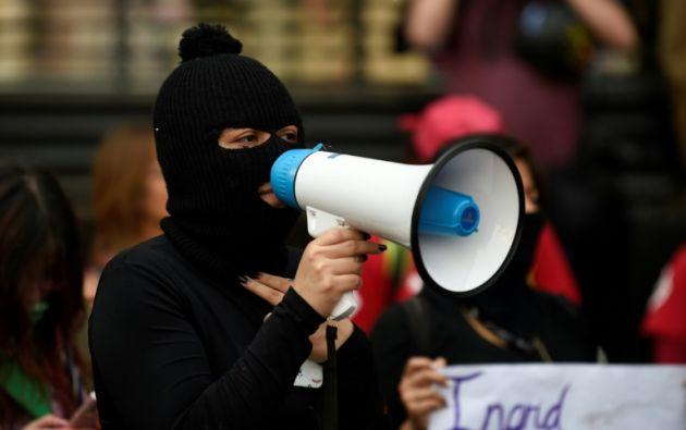Mujeres protestan frente al Palacio Nacional por feminicidio en México. Foto: AFP.