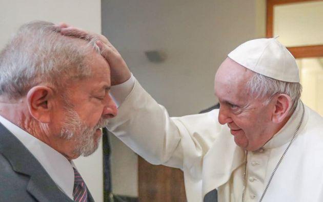 El papa Francisco da la bendición al expresidente brasileño durante su visita al Vaticano. Foto: AFP.