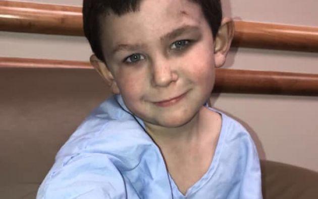 Noah Woods de cinco años logró rescatar a su hermana de 2 años y a su perro de un incendio.