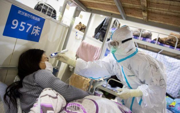Muchos médicos en Wuhan han tratado a los pacientes sin mascarillas o trajes de protección adecuados.  Foto: AFP
