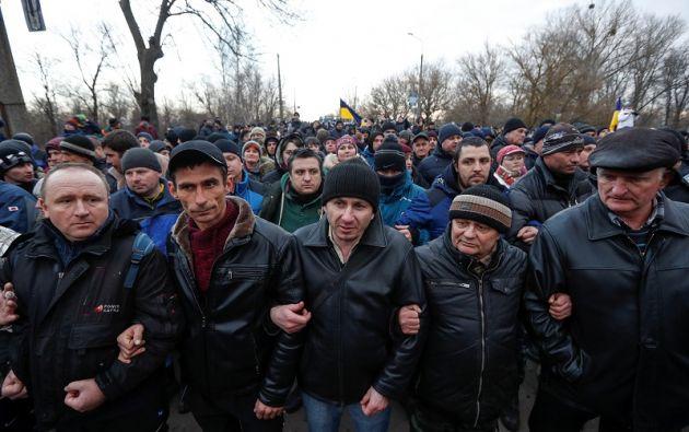 Un grupo de habitantes bloquea la carretera para impedir la llegada de los evacuados. Foto: Reuters