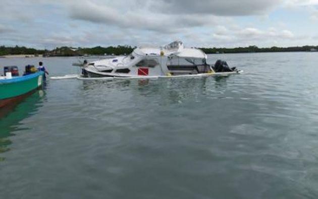 En la rada de Puerto Ayora se hundió la embarcación Blue Marlin. Foto: @parquegalapagos