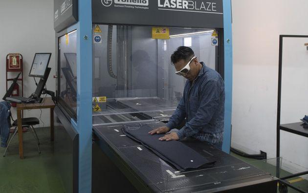 Royaltex adquirió una máquina que da el efecto de desgaste y no necesita productos químicos. | Foto: Cecilia Puebla