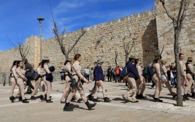 Grupo de jóvenes soldados israelíes ingresa a la Ciudad Vieja de Jerusalén. Foto: AFP.