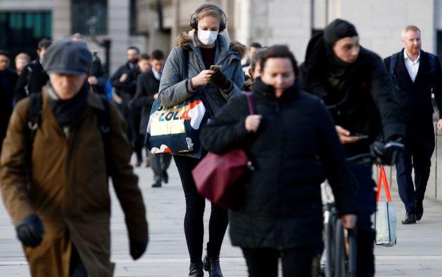 Mujer utilizando una mascarilla en Inglaterra. Foto: Reuters.