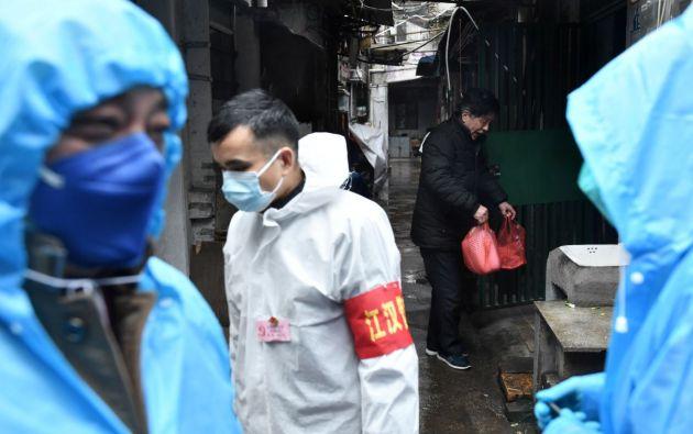 Hombre utilizando mascarilla en Wuhan por coronavirus. Foto: Reuters.