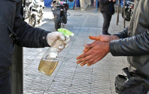 Pese a las medidas de higiene, el nuevo coronavirus ha sobrepasado fronteras. Hoy se registró el primer caso en Paraguay. Foto: AFP.
