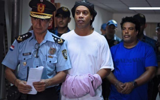 Ronaldinho pasó la noche en un cuartel de Policía de Asunción. Foto: AFP.