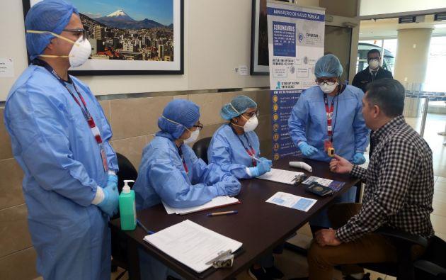 En los aeropuertos internacionales, como el de Quito, se realizan controles de los viajeros que ingresan a Ecuador. Foto: AFP.