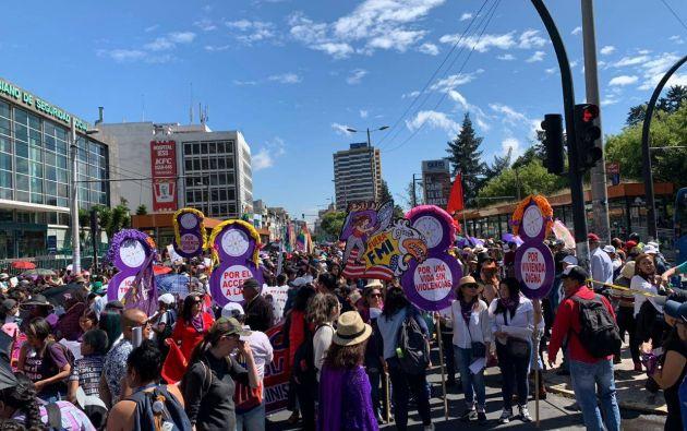 En Quito se realizó una marcha por el Día Internacional de la Mujer. Foto: @DerechosQuito
