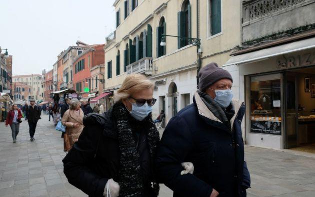 Personas usando mascarillas por la crisis de coronavirus en Italia. Foto: Reuters.