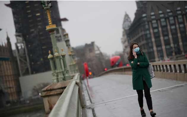 Mujer utilizando mascarilla mientras camina por Londres, Reino Unido. Foto: Reuters.