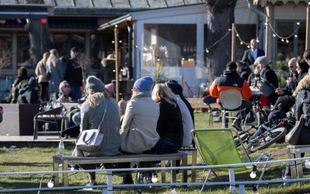La gente disfruta del clima soleado en un restaurante al aire libre en Djurgarden, Suecia mientras la enfermedad por coronavirus (COVID-19) continúa propagándose. Foto: Reuters.