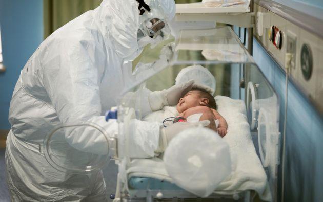 El personal médico atiende a un bebé paciente del Hospital Infantil de Wuhan. Foto: Reuters.