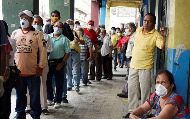 Ancianos hacen cola para cobrar su pensión mensual antes de las 4:00 pm - 8:00 am toque de queda impuesto por el gobierno para prevenir la propagación de la enfermedad por coronavirus (COVID-19), en Guayaquil. Foto: Reuters.